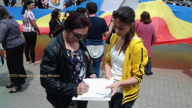 Poeta Maria Botnaru semnează pentru Unirea cea Mare 16 mai 2015