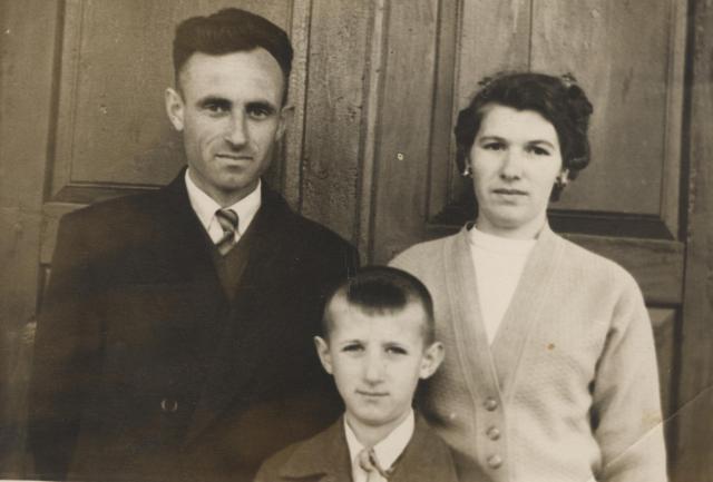 Familia noastră: tata Valeriu Ion Moraru, mama Lidia Andrei Moraru şi eu. Lipseşte sora mea Silvia